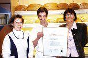 In Vertretung von Friedrich Oehler nahmen Antje und Klaus Oehler den Goldenen Meisterbrief aus den Händen von Innungsgeschäftsführerin Erika Aeckerle entgegen.
