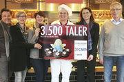 Nadja Segers (3.v.l.) und Svenja Hösel (2.v.r.) nahmen den Spendenscheck entgegen. Mit ihnen freuten sich (v.l.): Thomas Schipke (iperdi), Heidi Kahlstorf (CSM Deutschland), Maik Starke und Rolf Eckhardt (iperdi).
