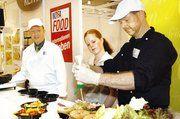 Am Demo-Stand des Bäckerinnungsverbandes gab es interessante Anregungen für Snacks und warme Speisen (von links) Fred Westphal, Nina Lauenstein und Andreas Fischer.