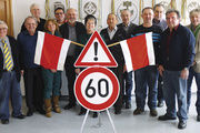 Obermeister und Mitarbeiter der Kreishandwerkerschaft NOK gratulieren Manfred Banschbach (Sechster von links) zu seinem 60. Geburtstag.