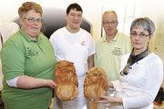Ines Richter, Stefan Kirn, Stefan und Gerhild Fischer (von rechts) präsentieren Francke-Brote mit dem Logo der Stiftungen.