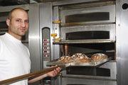 """Im Monsun-Etagenofen erreicht Bernhard Firlbeck bei seinen Broten eine """"besondere"""" Kruste und eine saftige Krume. Auch für Feingebäcke ist der Ofen gut geeignet. Der Stikkenofen (r.) braucht wenig Platz."""