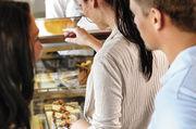 Es gibt viele Möglichkeiten, sich als Kunden/Gast daneben zu benehmen, querzutreiben oder buchstäblich aus der Reihe zu tanzen. Wichtig ist dabei, dass das Servicepersonal die Situation richtig erfasst und souverän meistert.