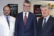 Johann Landstorfer, Boris Riemer und Heinrich Heller (von links) klären die rund 80 Teilnehmer (rechts) über den aktuellen Stand der Lebensmittelinformations-Verordnung auf.