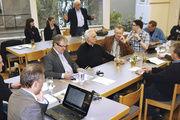 Thomas Zwiener (stehend) vom Amt für Veterinärwesen und Verbraucherschutz informiert auf der Versammlung in Erlangen über die neuesten Entwicklungen in Sachen Hygienepranger.