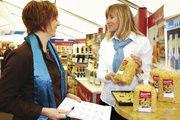 Die Brezel als Nudel auch für Bäko-Kunden: Susanne Köngeter (l.) lässt sich von Johanna Altmann über das neue Produkt informieren.