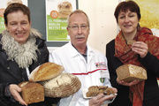 Gegen Brotverschwendung (v. li.): Dr. Ursula Hudson, Slow Food, Nikolaus Junker, Geschäftsführer Innung Berlin und Staatssekretärin für Verbraucherschutz, Sabine Toepfer-Kataw.
