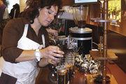 Handmade oder Hightech: Baristameisterin zelebriert die Kaffeeherstellung nach dem Frenchpress-System. Mit der Aguila und Pads lassen sich zahlreiche Spezialitäten per Knopfdruck produzieren.
