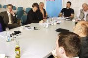 Bäcker Karl Gräf (vorn) und seine Handwerkskollegen nehmen im Gespräch mit den Landtagsabgeordneten Petra Guttenberger und Horst Arnold (hinten, von links) kein Blatt vor den Mund.