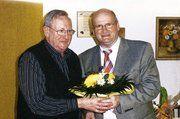 Markus Redeker (r.) gratuliert Ehrenobermeister Werner Schortemeyer.