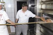 Nach Baguette und Fladen mal wieder herzhaftes fränkisches Brot: Karina Haßler mit Rainer Hieronymus.