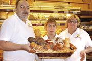 Bäckermeister Rainer Strobel und Ehefrau Marion sind stolz und froh, dass Tochter Romy (Mitte) den Betrieb weiterführt.