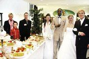 Gaben am Stand im Foyer gerne Auskunft (von links) Bäckerei-Fachverkäuferin Monika Kaiser, Bäckermeister Christof Harth sowie Sohn Max ( 9 Jahre). Daneben zwei Paare einer Modellagentur, welche traumhafte Brautmoden für den schönsten Tag im Leben vor