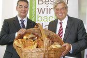 Mit dem Brotkorb auf Werbetour für das Brotregister: Verbandspräsident Peter Becker (rechts) und Hauptgeschäftsführer Amin Werner.