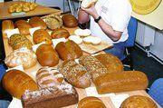 """Brotprüfer Michael Isensee musste sich bei der Brotprüfung der Bäckerinnung Leipzig durch fast 60 Proben im wahrsten Wortsinn """"durchbeißen""""."""