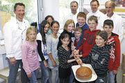 """Einen Volltreffer landeten die Schüler der Montessori Schule Günzburg mit dem """"Schießer"""" bei der Brotprüfung der Bäckerinnung."""