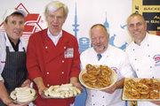 Start der Aktion: Bäckermeister Heinz Hintelmann und Ronald Bartels (rechts) sowie Fleischermeister Otto Meinert und Thilo Maaßen (links).