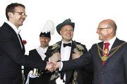"""Oberbürgermeister Markus Lewe (rechts) dankt Falk Rehrmann (links) für seine """"Amtszeit"""