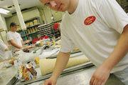 Daniel Schulze von der Bäckerei Steiskal in Kiel durfte den großen Wander-pokal mit nach Hause nehmen.