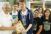 Michael Steege (links) freut sich über das Interesse vieler Schüler, die zu den Tagen der Berufsausbildung kommen.