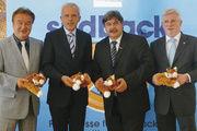 Der Fuchs als Symbol für die Branche, sich am Markt und auf der Messe schlau zu machen (von links): Holger Knieling (Chef der Bäko Süddeutschland), Andreas Kofler (Geschäftsführer des LIV Württemberg), Klaus Vollmer (LIM des Konditorenhandwerks Baden