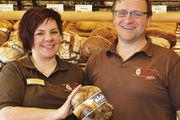 Silke und Claus Becker freuen sich über ihren neuen Laden mit Bistro und einsehbarer Backstube.