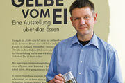 """Thomas Röber, Kurator der Sonderausstellung """"Das Gelbe vom Ei"""", beschäftigt sich mit dem Brot in der Ernährung."""