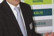 Eckart Grundmann (EffizienzAgentur NRW) sieht noch viel Potenzial für Bäcker, energieeffizient zu produzieren. Jörg Schulz (Bremerhavener Institut für Lebensmitteltechnologie) erläutert das Verfahren zur Potenzialanalyse (v. l.).