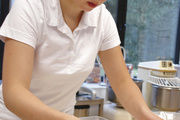 Miriam Beutner stellt die süßen Sushi mit Milchreisfüllung her.