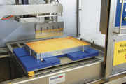 Die Kompakt-Ultraschallschneidemaschine schneidet ohne verklebte Messer.