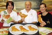 Katrin Swarowsky und Bruno Rihm von der Bäckerei Nußbaumer freuen sich mit der Bürgermeisterin Nicola Bodner (von links) über den gelungenen Pfinzi, einen Butterhefeteigdrachen aus Pfinztal.