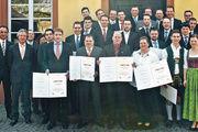 Die neuen Betriebswirte des Handwerks mit deren Partnern, Dozenten und der Heyne-Schulleitung.