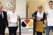 Sieger mit Gratulanten: Sarah Christin Uhlmann und René Jürgens mit stellv. LIM Willi Wolke und Geschäftsführerin Bettina Emmerich-Jüttner.