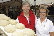 Das Geschäft floriert: Helmut und Heike Stolz stoßen mit ihrer Aktion auf Begeisterung.
