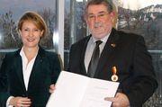 Staatssekretärin Heike Raab überreicht Achim Lohner die Verdienstmedaille.