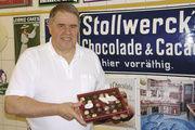 Eberhard Holz in der Schokoladen-Manufaktur: Er liebt Emaille-Schilder.
