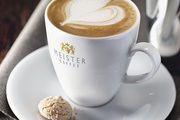 Am Messestand zeigt Barista Tom Schießl meisterliche Kaffeekreationen.