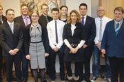 Erleichtert und stolz nach dem Prüfungsstress: Die erfolgreichen Teilnehmer des vergangenen Meisterkurses in der ADB-Bäckerfachschule Hannover erhalten ihren Meisterbrief.