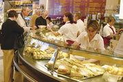 Im Durchschnitt isst jeder Deutsche gut 130 Mal im Jahr außer Haus. Tendenz: weiter steigend.