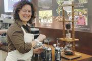 "Nicht so bekannte Form des Kaffeebrühens: Nana Holthaus-Vehse demonstriert ""French press""."
