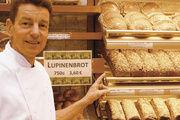 Heinrich Wulf-Raczka mit dem von ihm entwickelten Lupinenbrot.