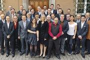 Die Absolventen des Lochhamer Kombi-Kurses unter anderem mit Landesinnungsmeister Heinz Hoffmann (rechts), Verbandsgeschäftsführer Wolfgang Filter (4. v. rechts) und Schulleiter Arnulf Kleinle (3. v. links).