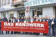 Schulterschluss mit der Kommunalpolitik: Konrad Ammon jun. (5.v.r.), Karl Gräf (10.v.r.) und etliche Obermeister in Handwerkskluft präsentierten mit OB Jung (7.v.r.) und Landrat Dießl (9.v.r.) die Strategiepapiere.
