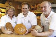 Conny, Dennis und Dietmar Huttenlocher präsentieren einige Renner ihres hochwertigen Sortiments.