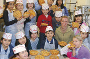 Kinder backen in Bäckereien Karnevalsmasken.