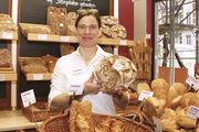 """Patrizia Weinzierl mit dem Verkaufsrenner """"Falken""""-Brot."""