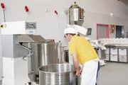 In der Teigmacherei werden die Kleinkomponenten über die an der Rezeptsteuerung angeschlossene Tischwaage gewogen, Mehl und Wasser werden über die Mehlwaage bereitgestellt.