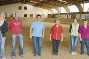 Gruppenbild mit Pferden: Die Mitarbeiter der Bäckerei Mehnert und ihre Seminarleiterinnen.