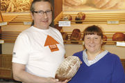 Nicht nur in der Bäckerei ein gutes Team: Rudolf Raab und Frau Katja stemmen den Laden und die Poststelle gemeinsam. Das Landkrustenbrot ist der Renner. Fo tos: Ott