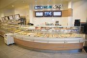 Backdiscounter und LEH greifen das Bäckerhandwerk nicht nur im Kerngeschäft an. So punkten z. B. Backwerk, Backfactory, Rewe (Glocken-Bäckerei, Rewe To go) zunehmend mit Kaffee, Snacks. Kuchen und Co.